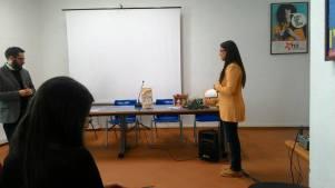 Intevento dell'artista Matilde Liguori, Associazione culturale MaLu' Fantasie d'Arte mente spiega come ha realizzato le creazioni in ceramica